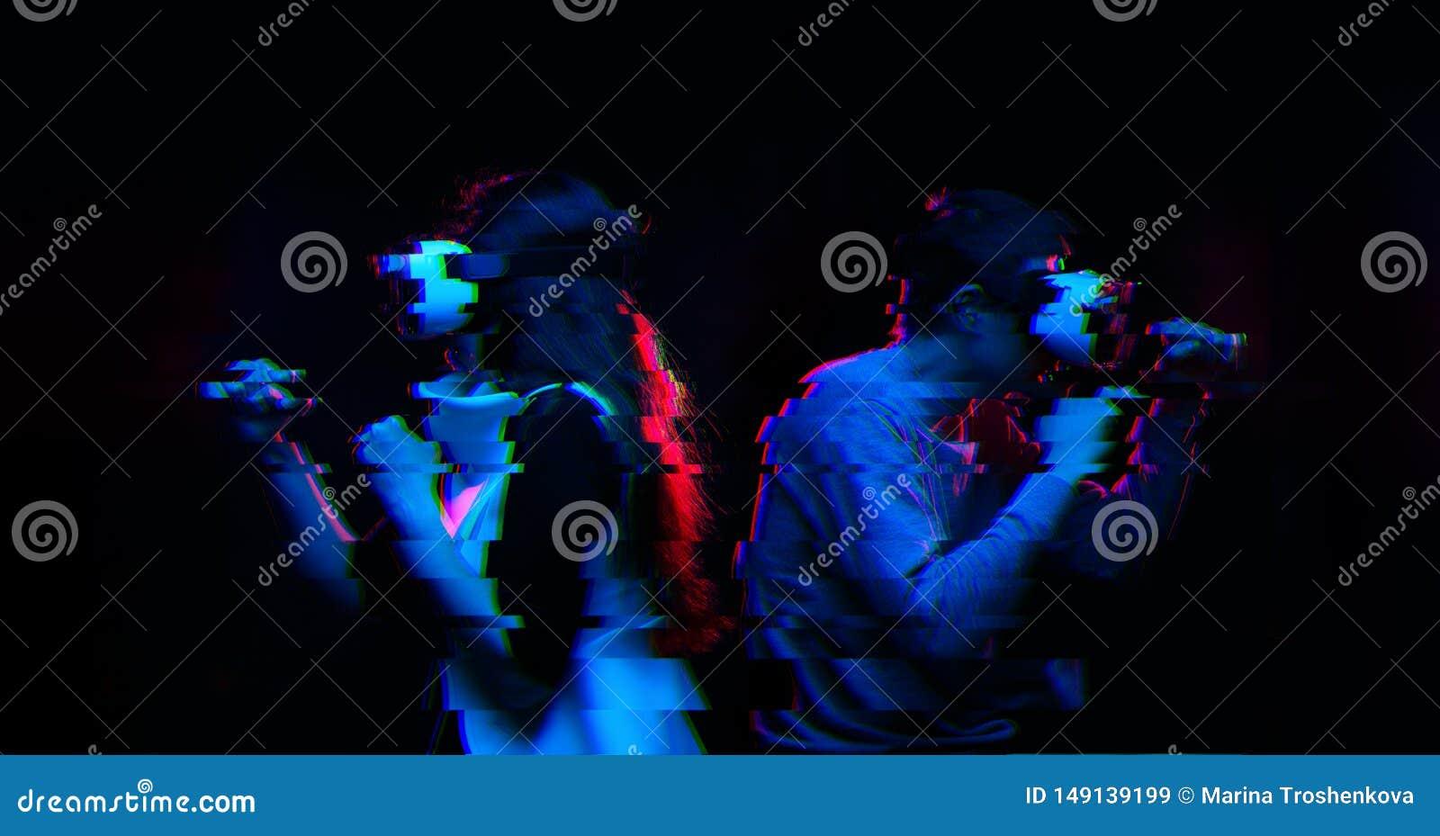 Los pares con las auriculares de la realidad virtual est?n jugando el juego y luchar Imagen con efecto de la interferencia