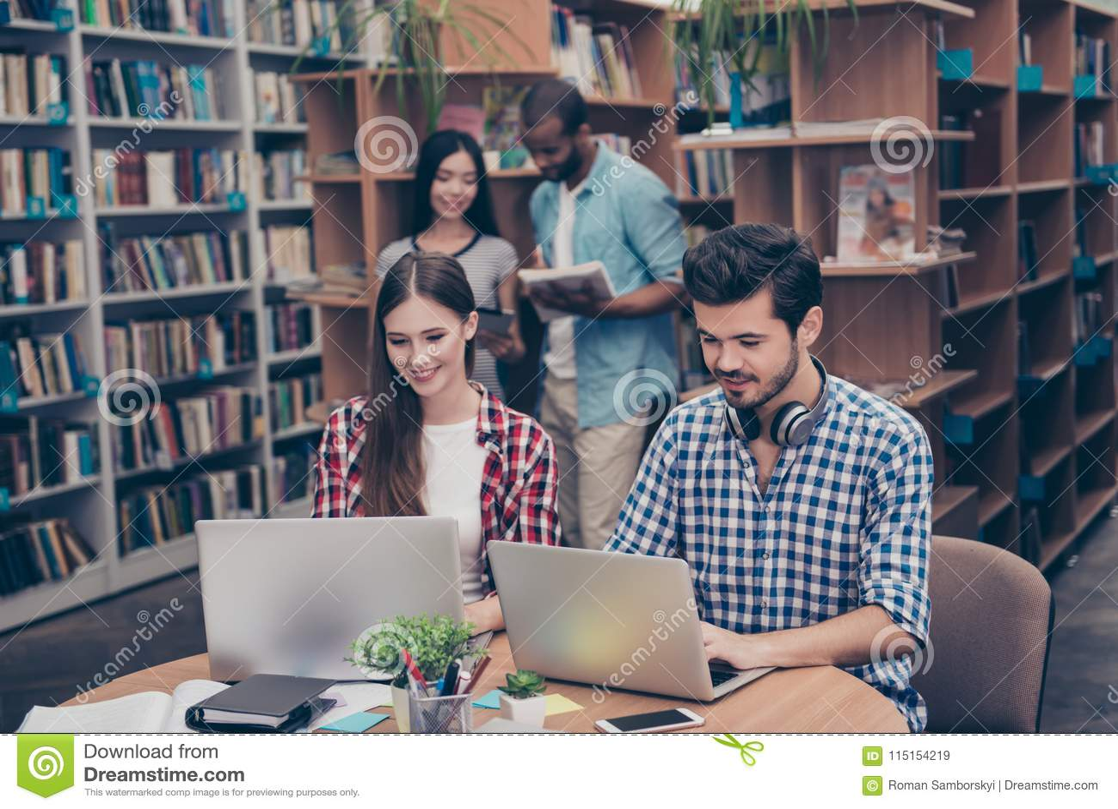 Los pares de adolescencias internacionales están estudiando después de conferencias en th