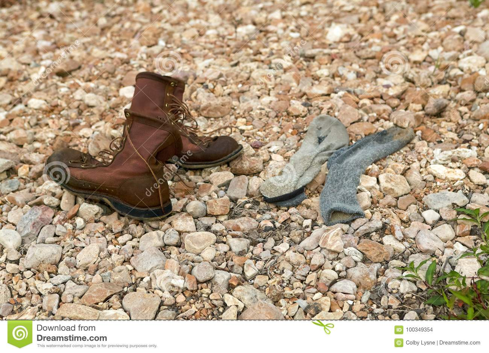 Los pares de cuero viejo atan para arriba botas