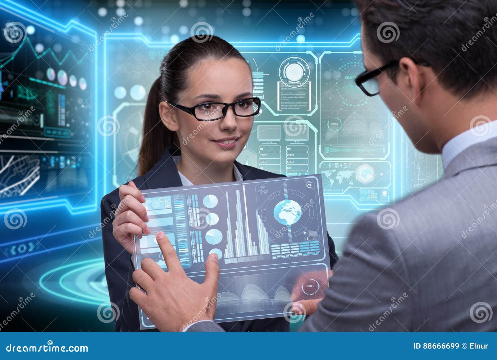 Los pares de hombre de negocios y de empresaria que discuten datos