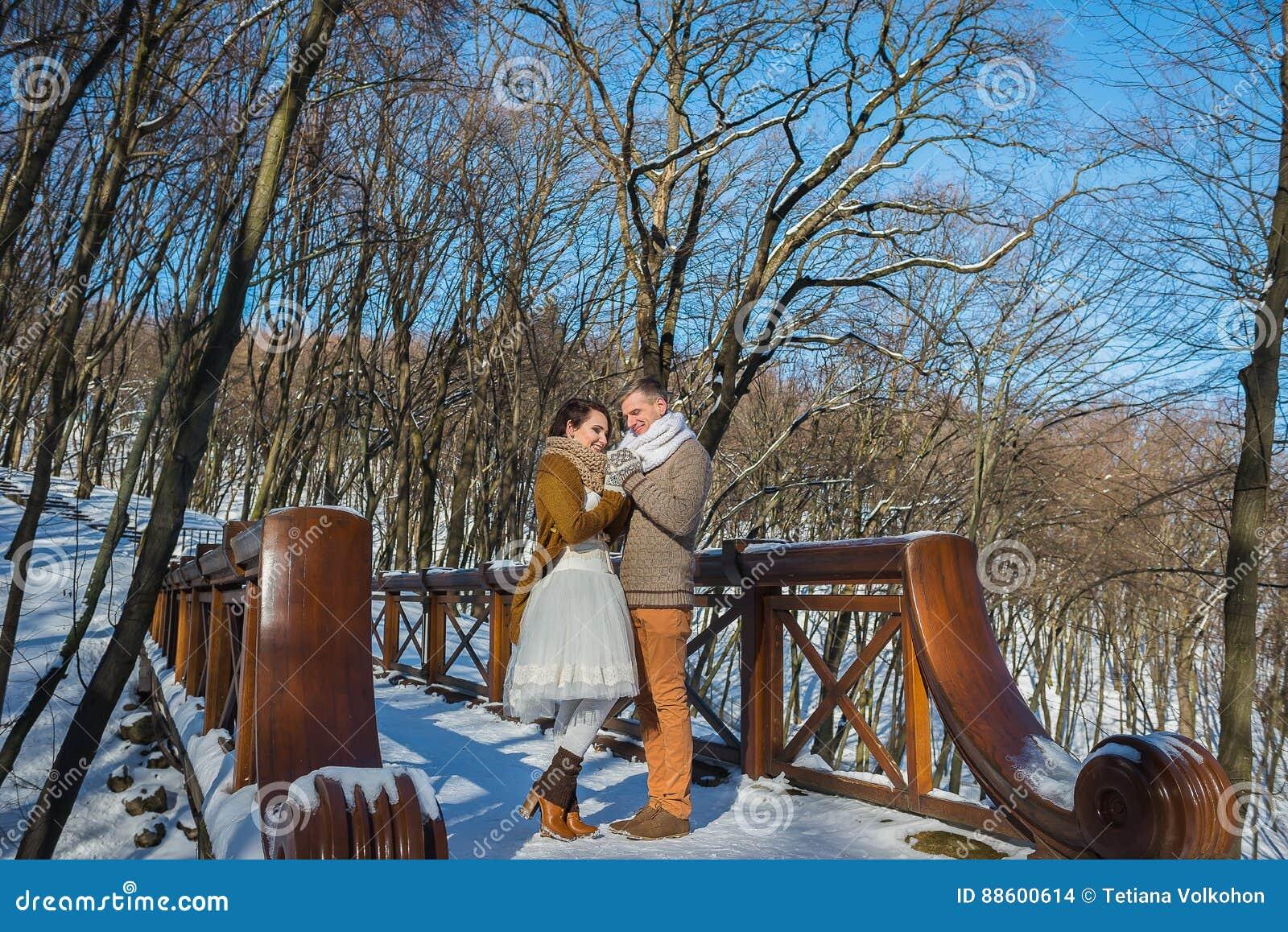 Los pares de la boda en un llamativo marchitan el día, tenencia, colocándose en el puente Estilo rústico Vestido de boda corto Mo