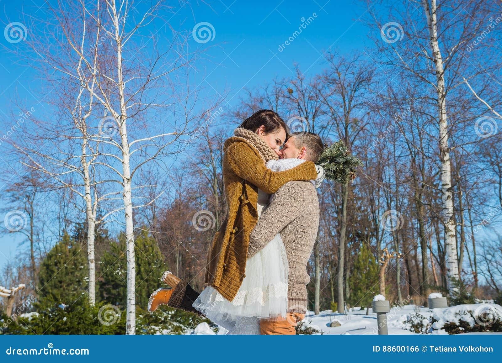 Los pares de la boda en un llamativo marchitan el día, tenencia, divirtiéndose dansing vestido de boda rústico del cortocircuito