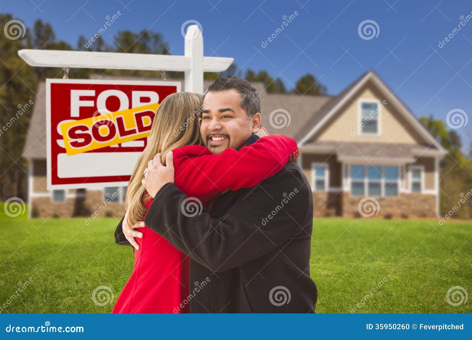 Los pares de la raza mixta, casa, vendieron la muestra de Real Estate
