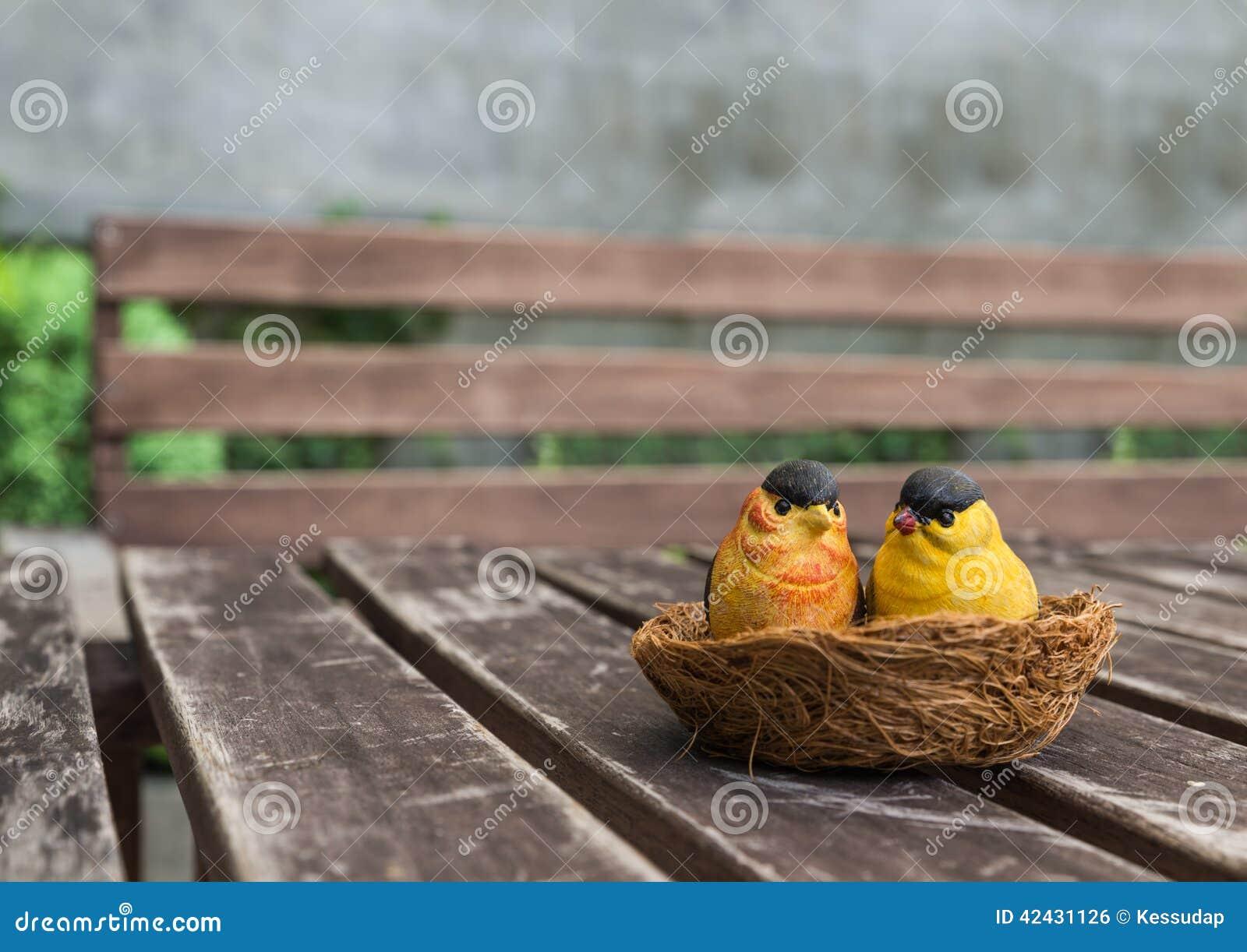 Los pares de los pájaros de cerámica para la decoración