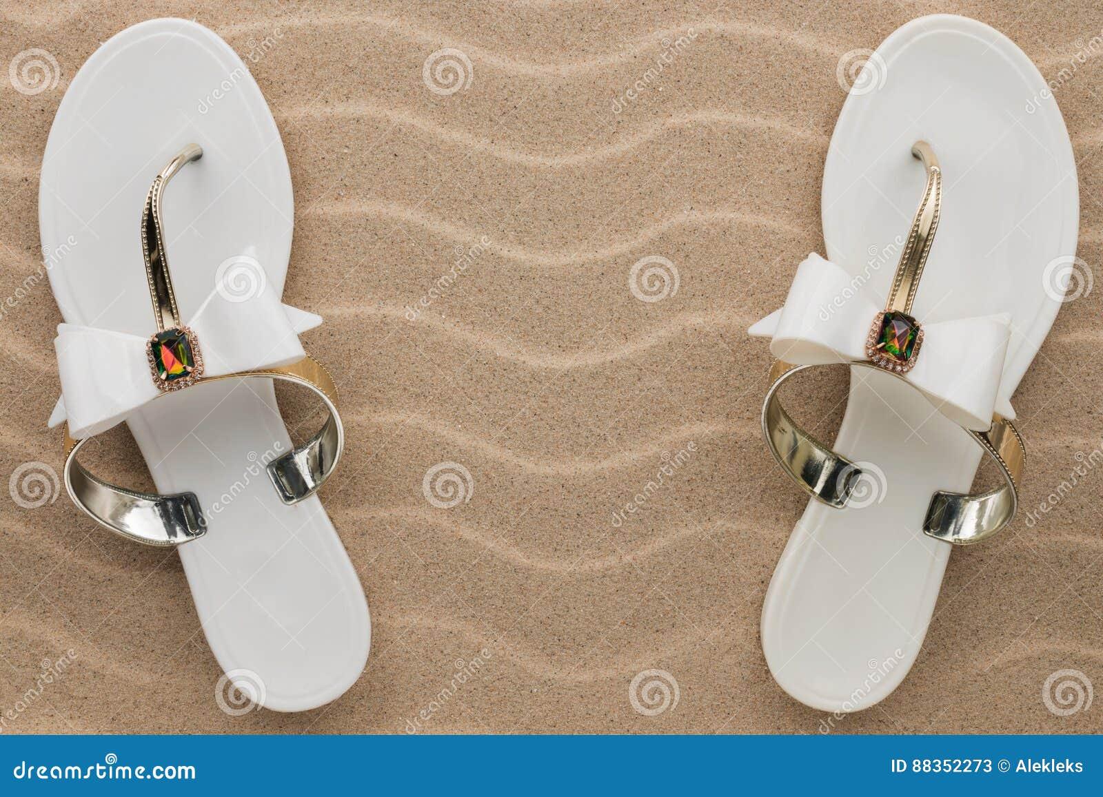 Los Pares De Sandalias Blancas De La Playa En Diamantes Artificiales ...