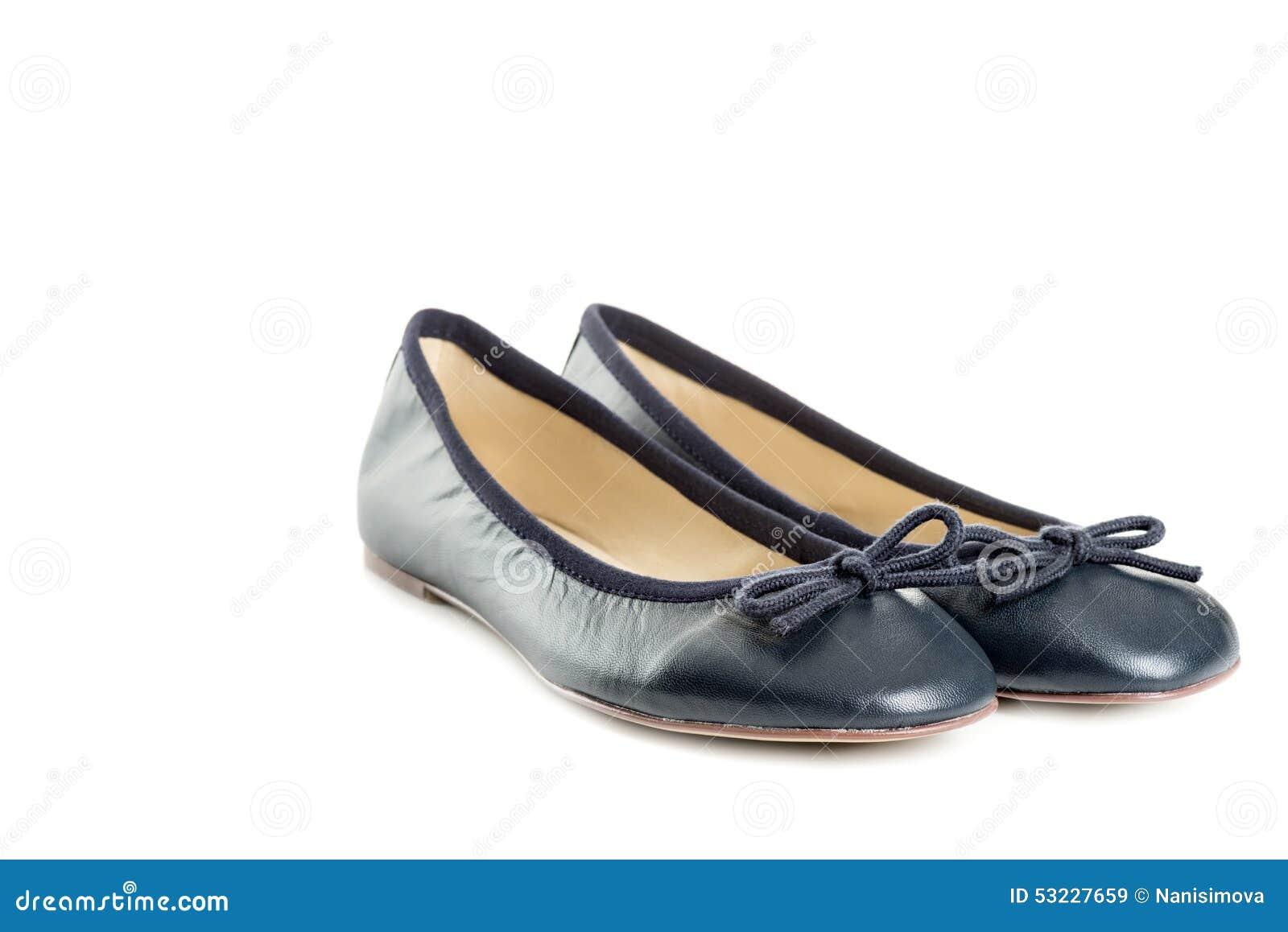 Los pares de zapatos femeninos sobre el fondo blanco dejaron la visión