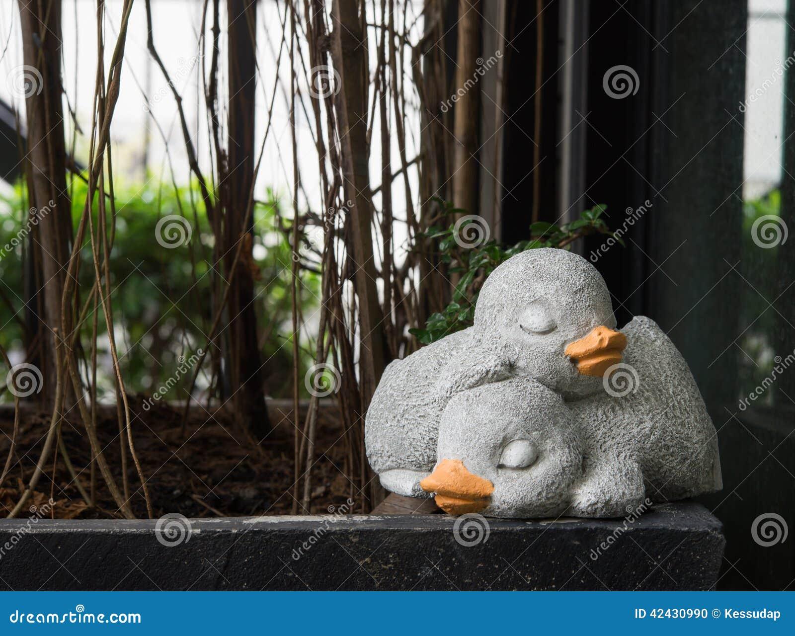 Los pares del pato el dormir hechos del cemento para la decoración
