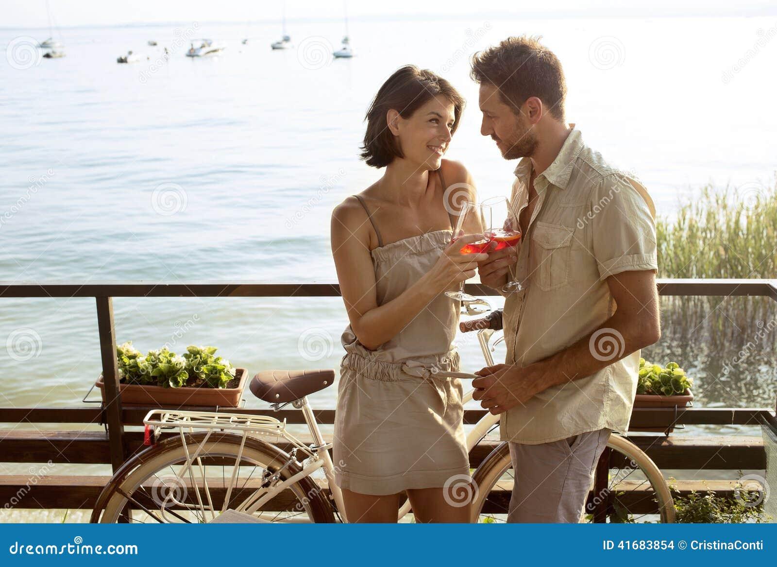 Los pares en el amor que tiene spritz tiempo con la opinión del lago Garda