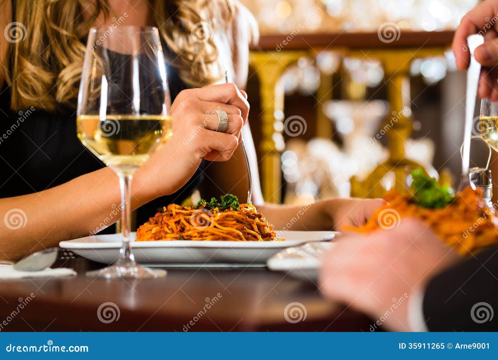 Los pares felices tienen una fecha romántica en restaurante