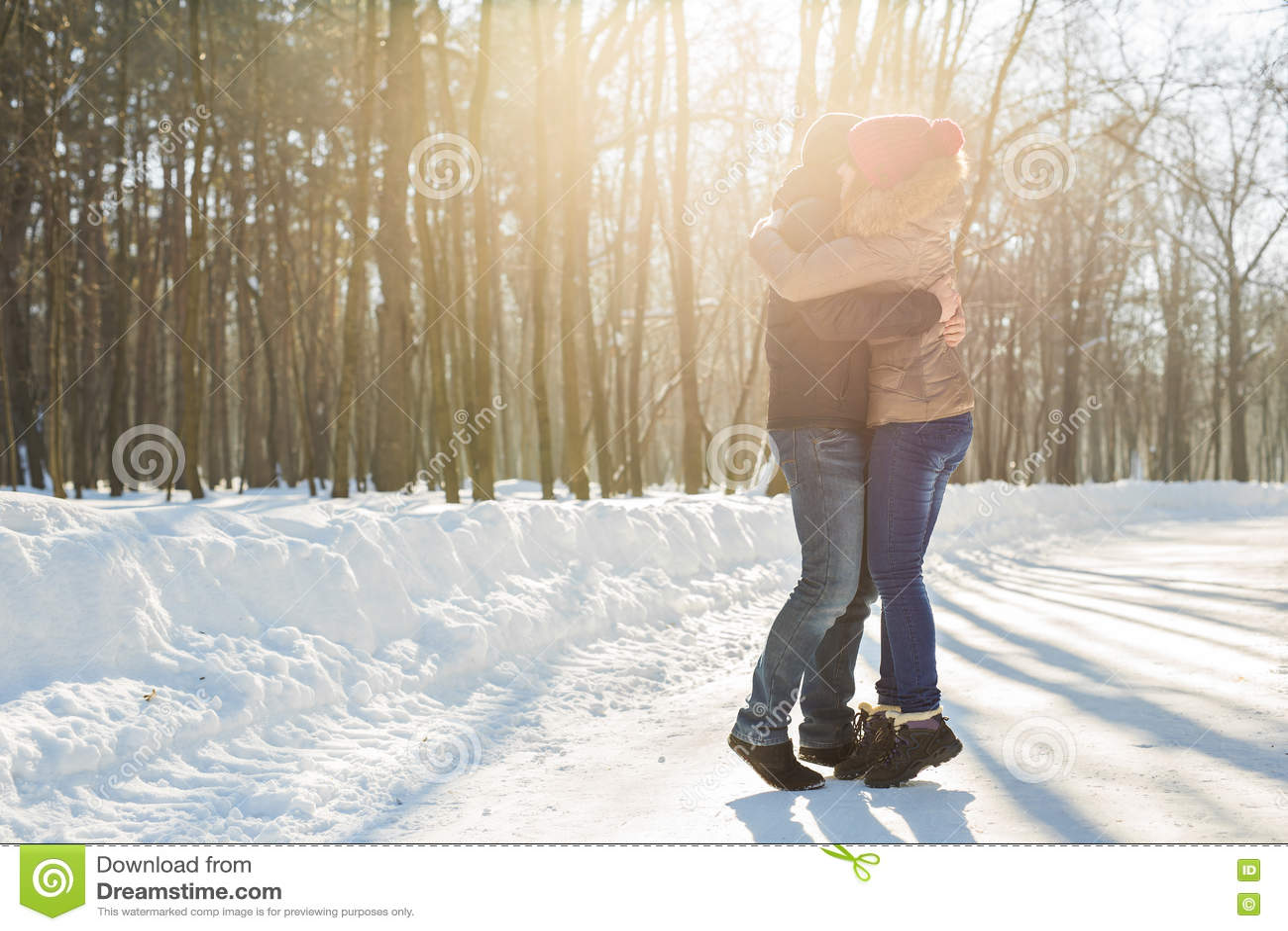 Los pares jovenes felices en invierno estacionan divertirse Familia al aire libre Amor