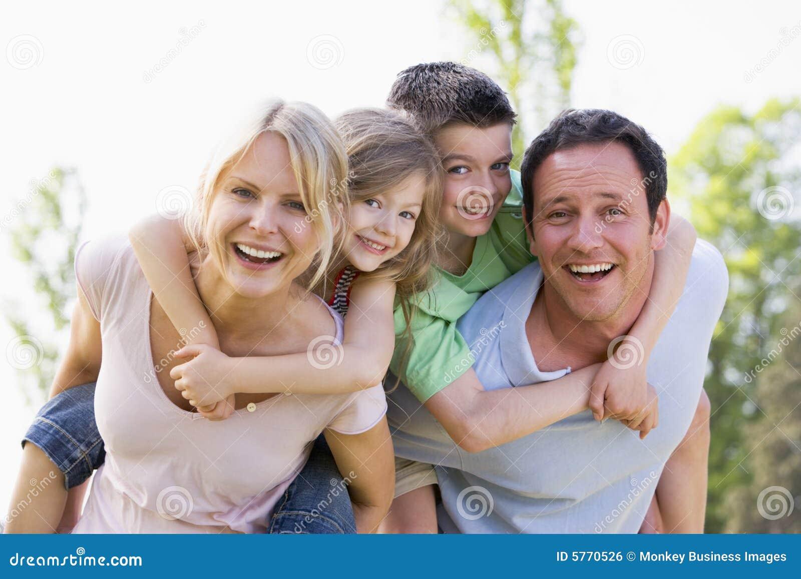 Los pares que dan a dos niños llevan a cuestas la sonrisa de los paseos