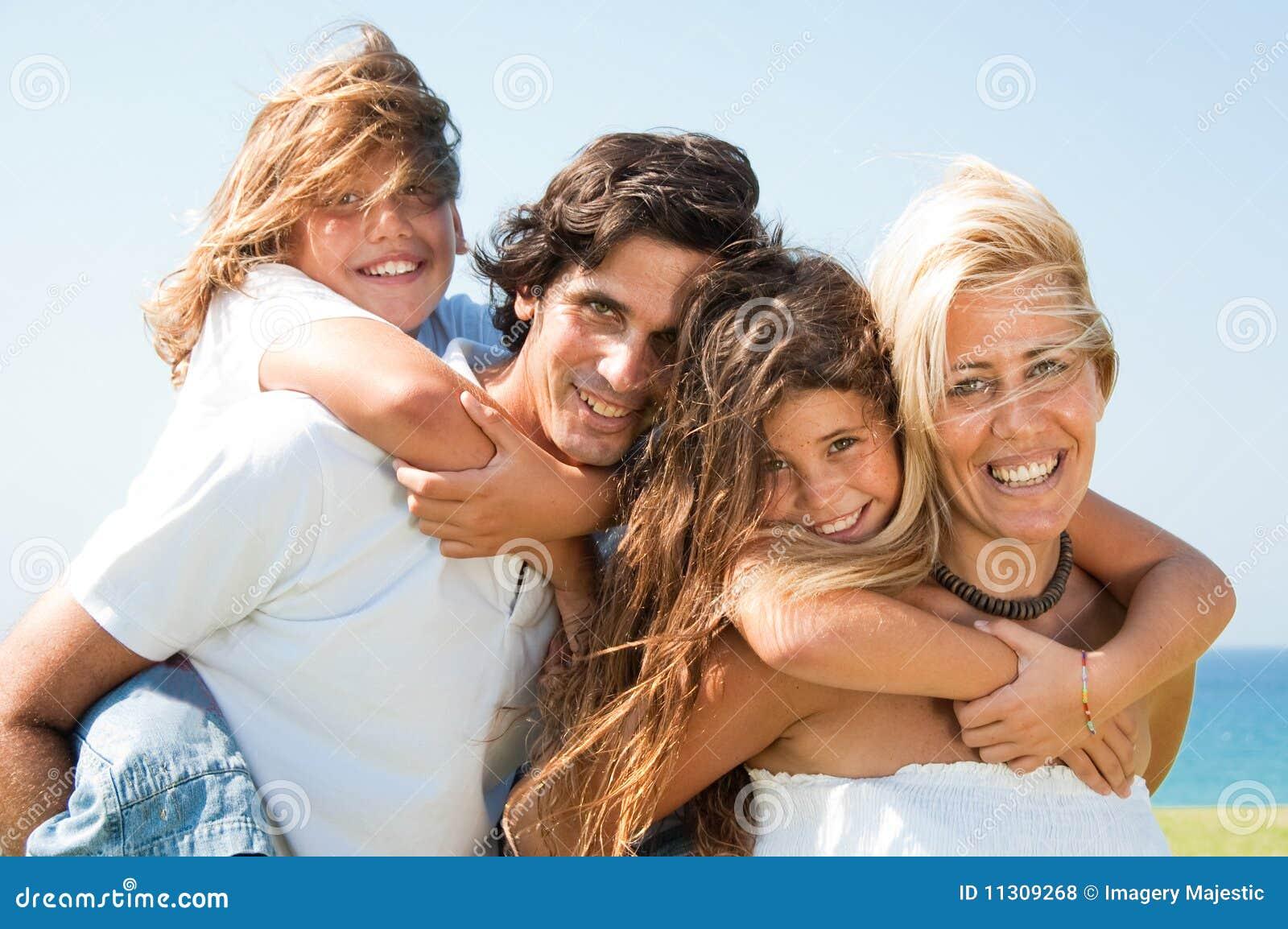 Los pares que dan a niños llevan a cuestas la sonrisa de los paseos