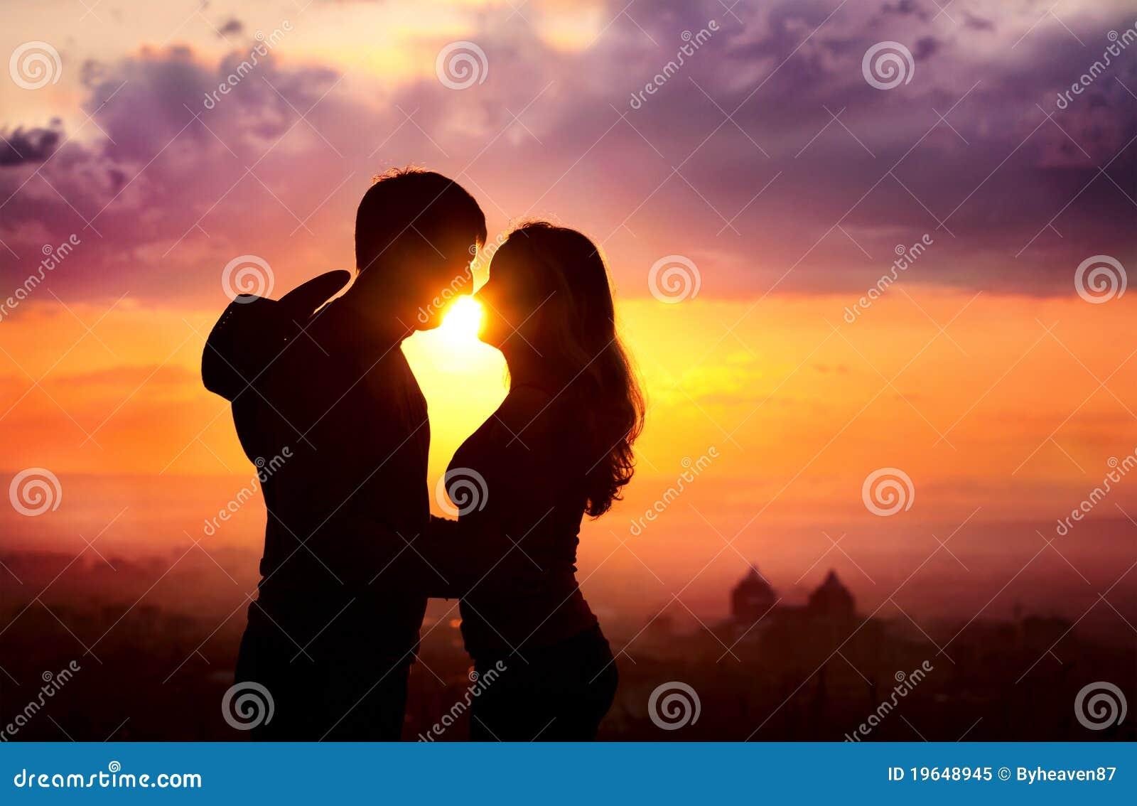 Los pares siluetean en la puesta del sol