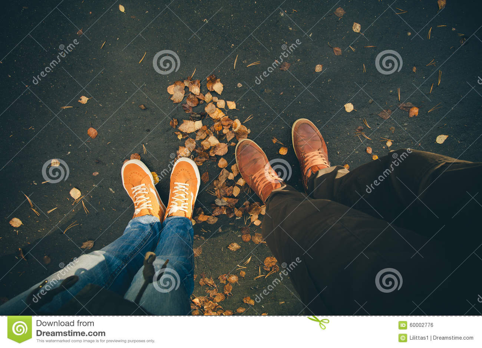 Los pares sirven y los pies de la mujer en al aire libre romántico del amor