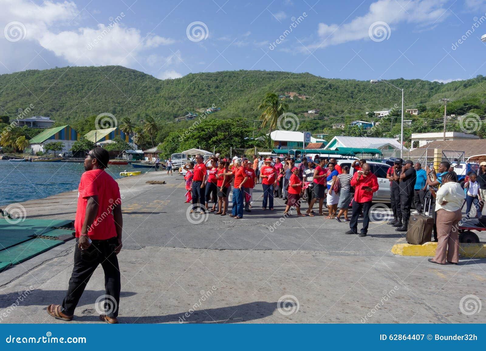 Los partidarios unidos del partido laborista que recolectan en Bequias balsean el embarcadero