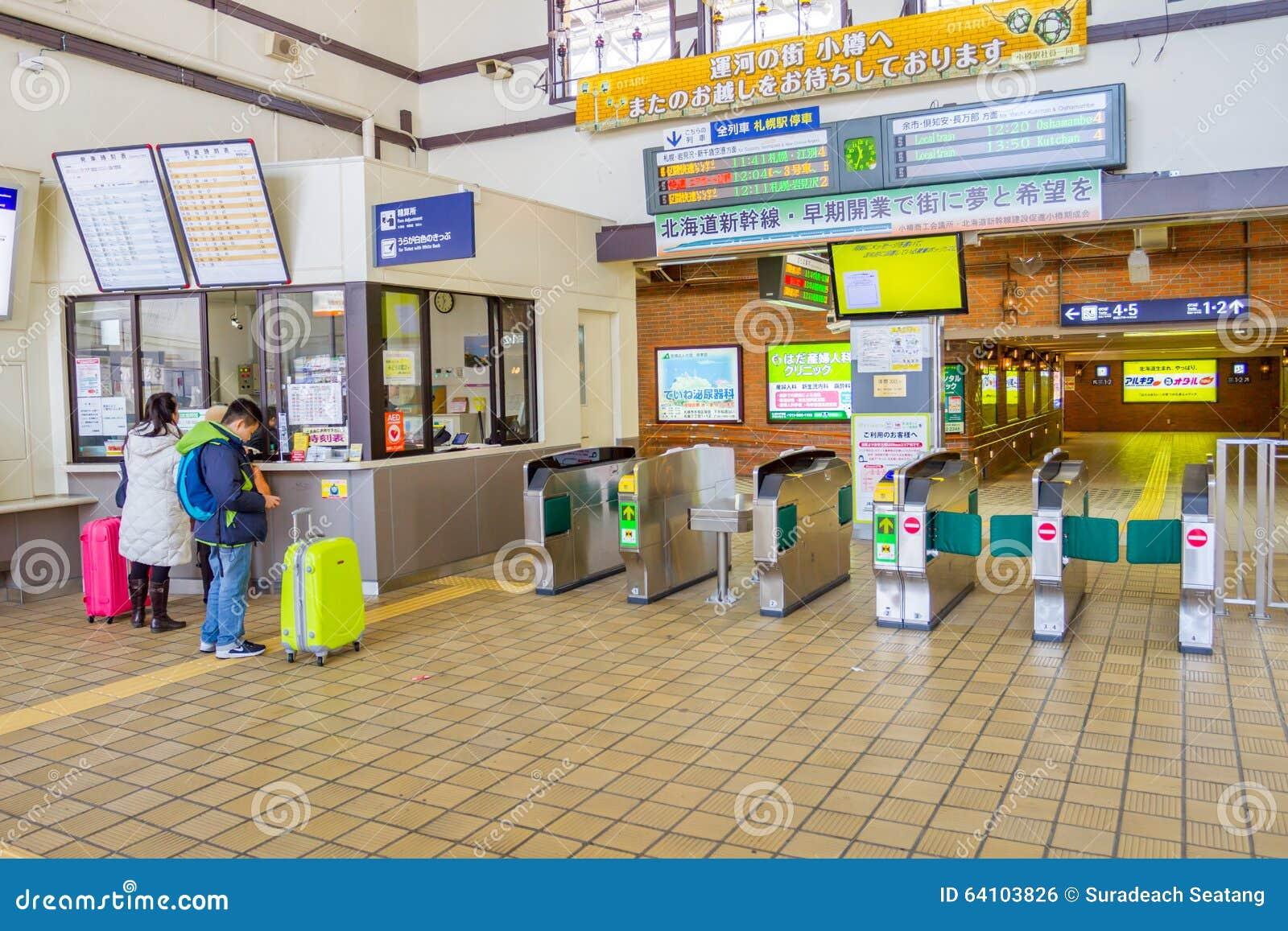 Los pasajeros están comprando boletos de las máquinas expendedoras