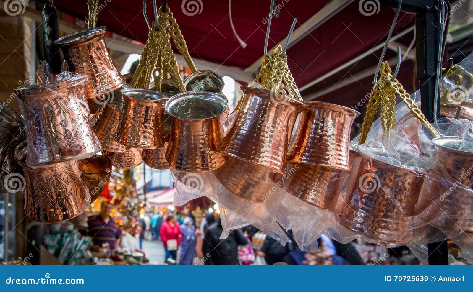 Los pavos de cobre del café vendieron en el mercado en Estambul