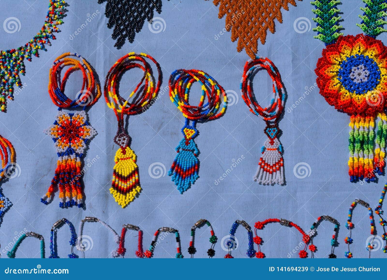Los pedazos de la artesanía de Huichol, habitan el norte de Jalisco y la parte de Nayarit, de Zacatecas y de Durango Mexico