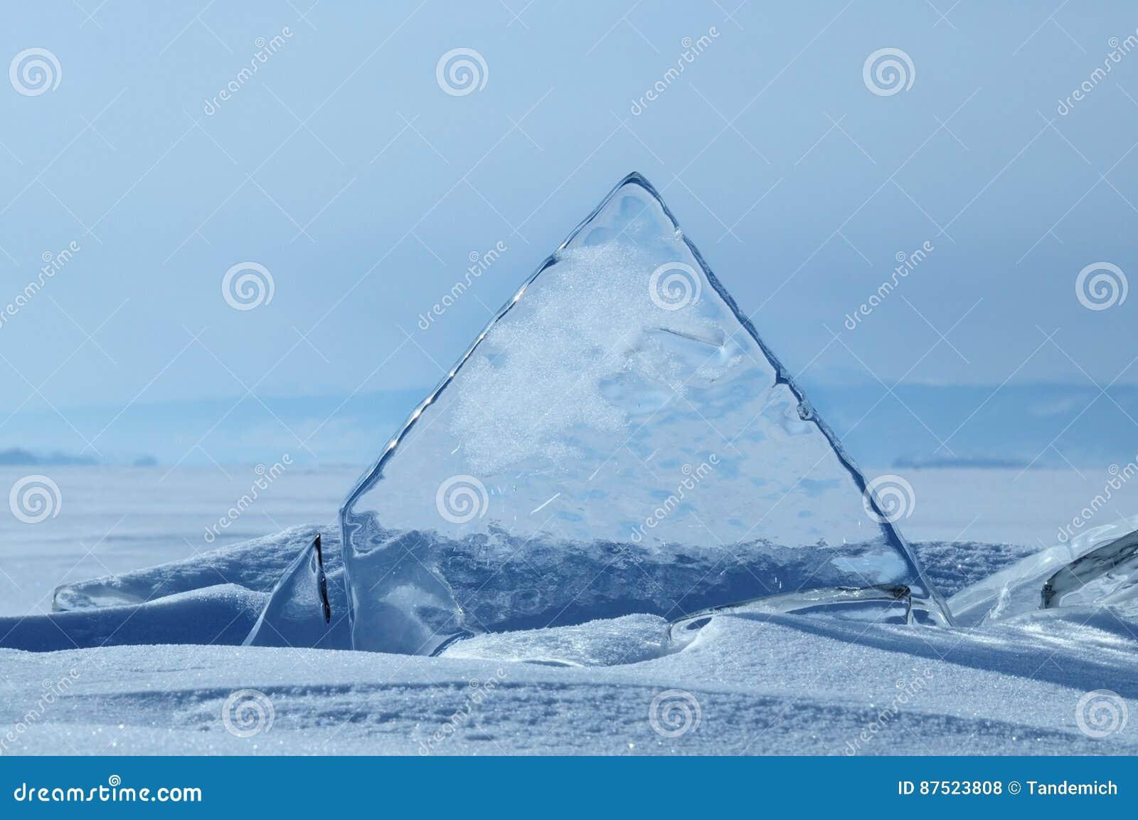 Los pedazos transparentes de hielo en la superficie del nad helado snowcaped la charca Lago Baikal