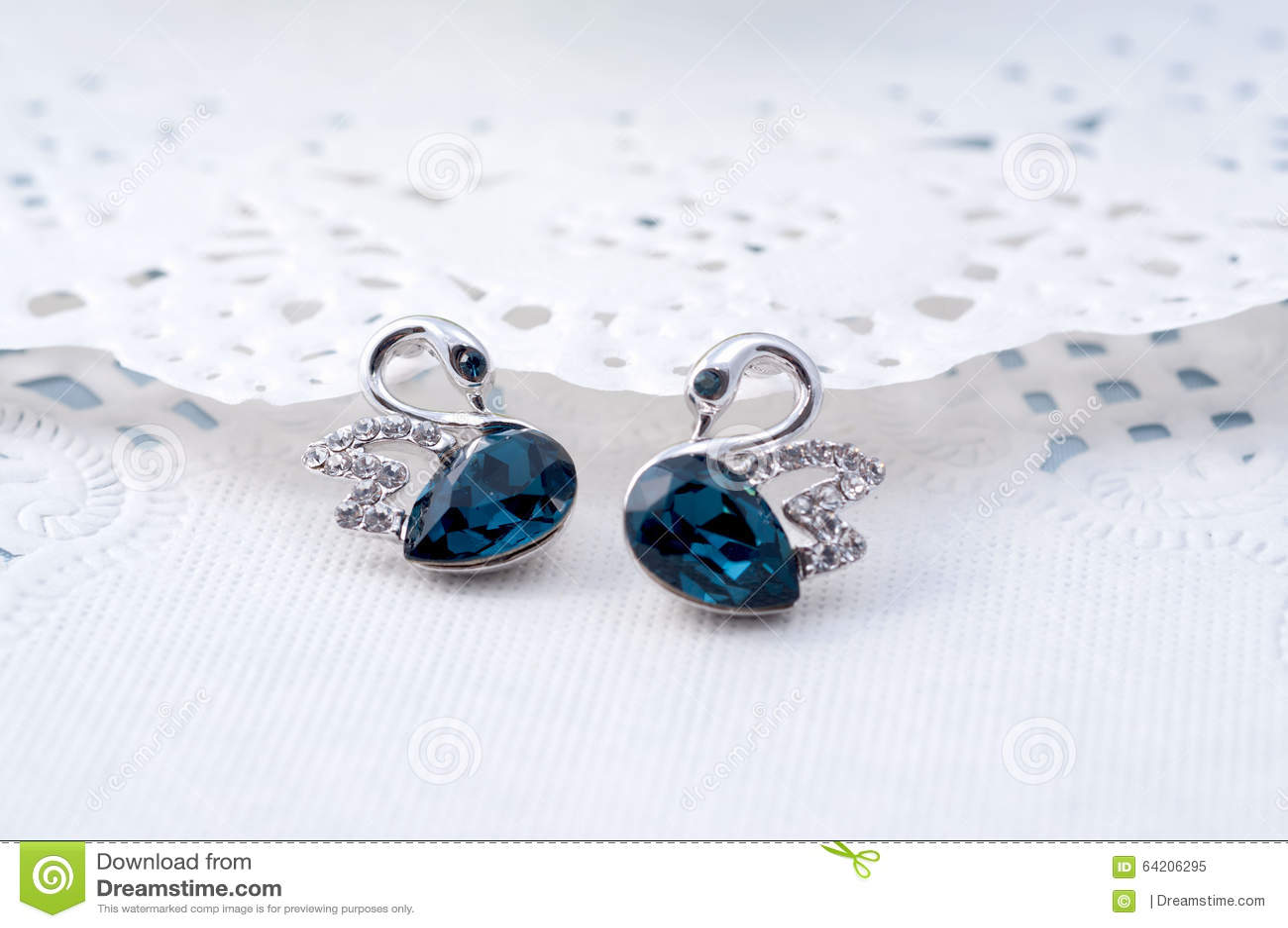 Los pendientes del zafiro les gusta pares de A de cisnes azules