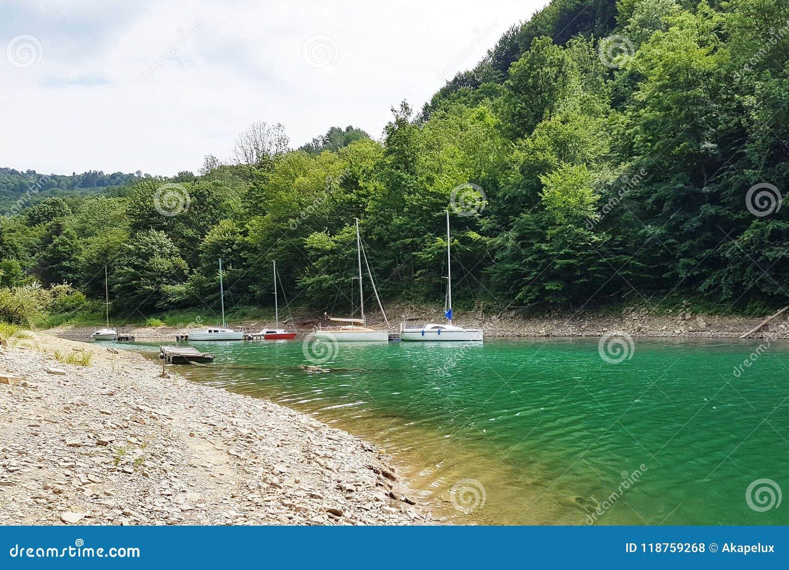 Los pequeños yates de la navegación de la navegación costera se amarran en el embarcadero en un puerto pintoresco Forma de vida p