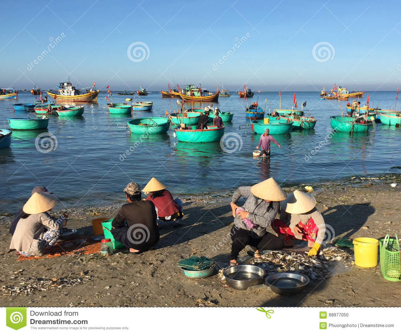 Los pescados de la venta de las mujeres en la playa en Phan sonaron, Vietnam