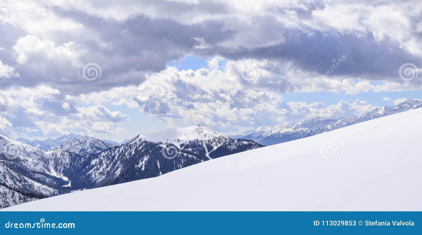 Los picos de las montañas en invierno con nieve suave