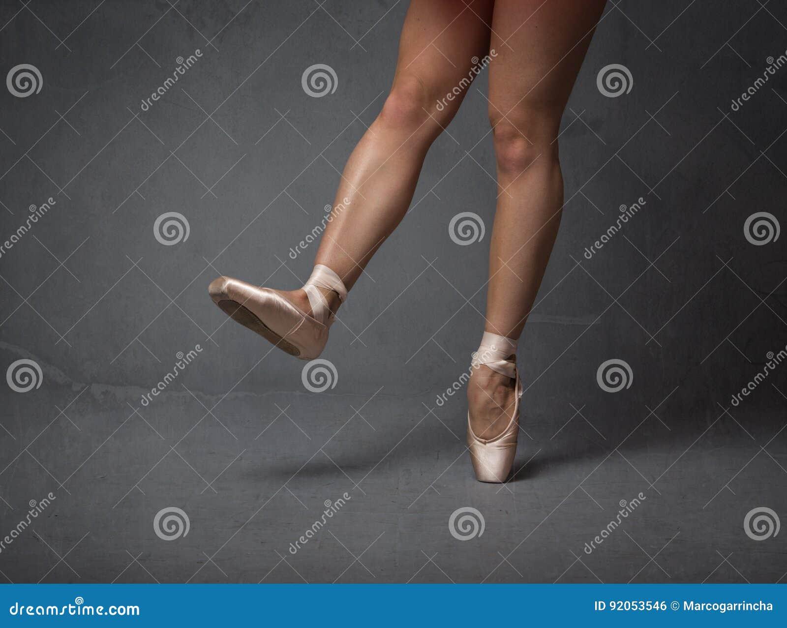 Los pies de la bailarina se cierran para arriba