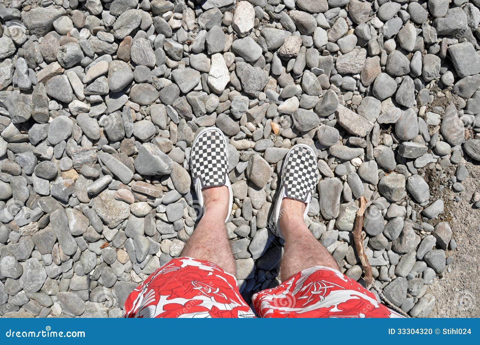 Los pies del hombre en zapatos a cuadros foto de archivo - Cuadros de pies ...