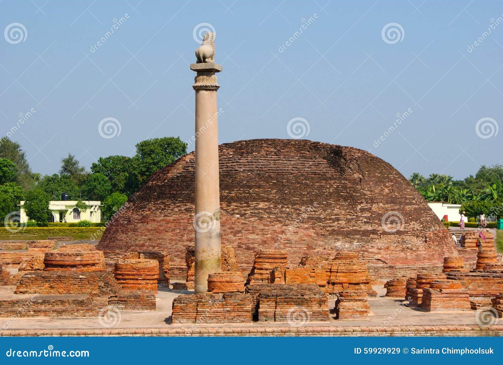 Los pilares encontraron en Vaishali con el pilar capital de Ashoka del solo león en la India