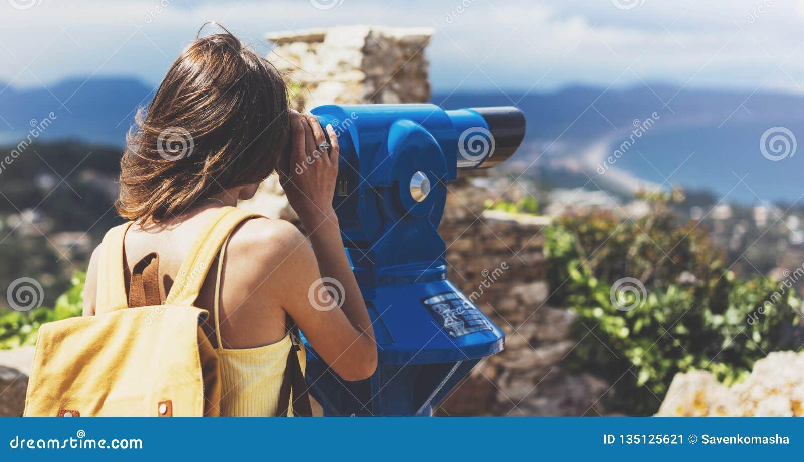Los prismáticos observadores de la mirada turística del inconformista se resumen en la visión panorámica, viaje del concepto