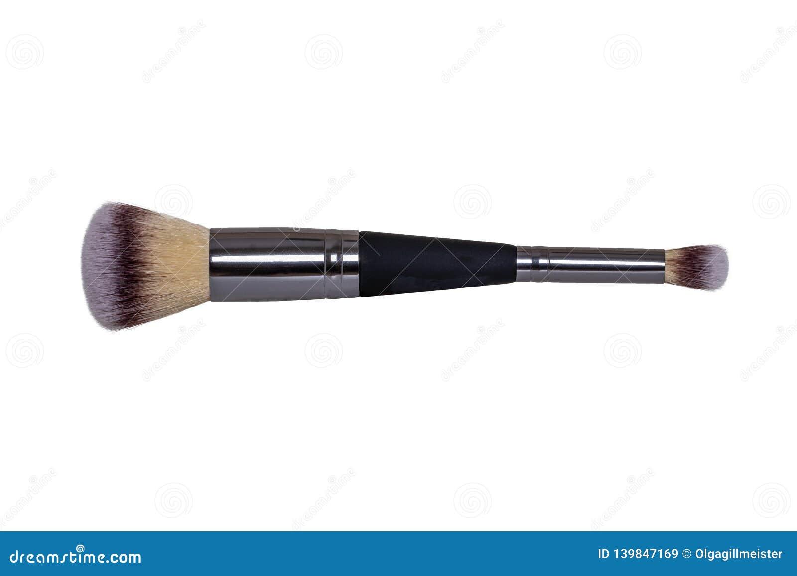 Los productos cosméticos aislaron Primer de un nuevo cepillo profesional negro y de plata del maquillaje aislado en el fondo blan