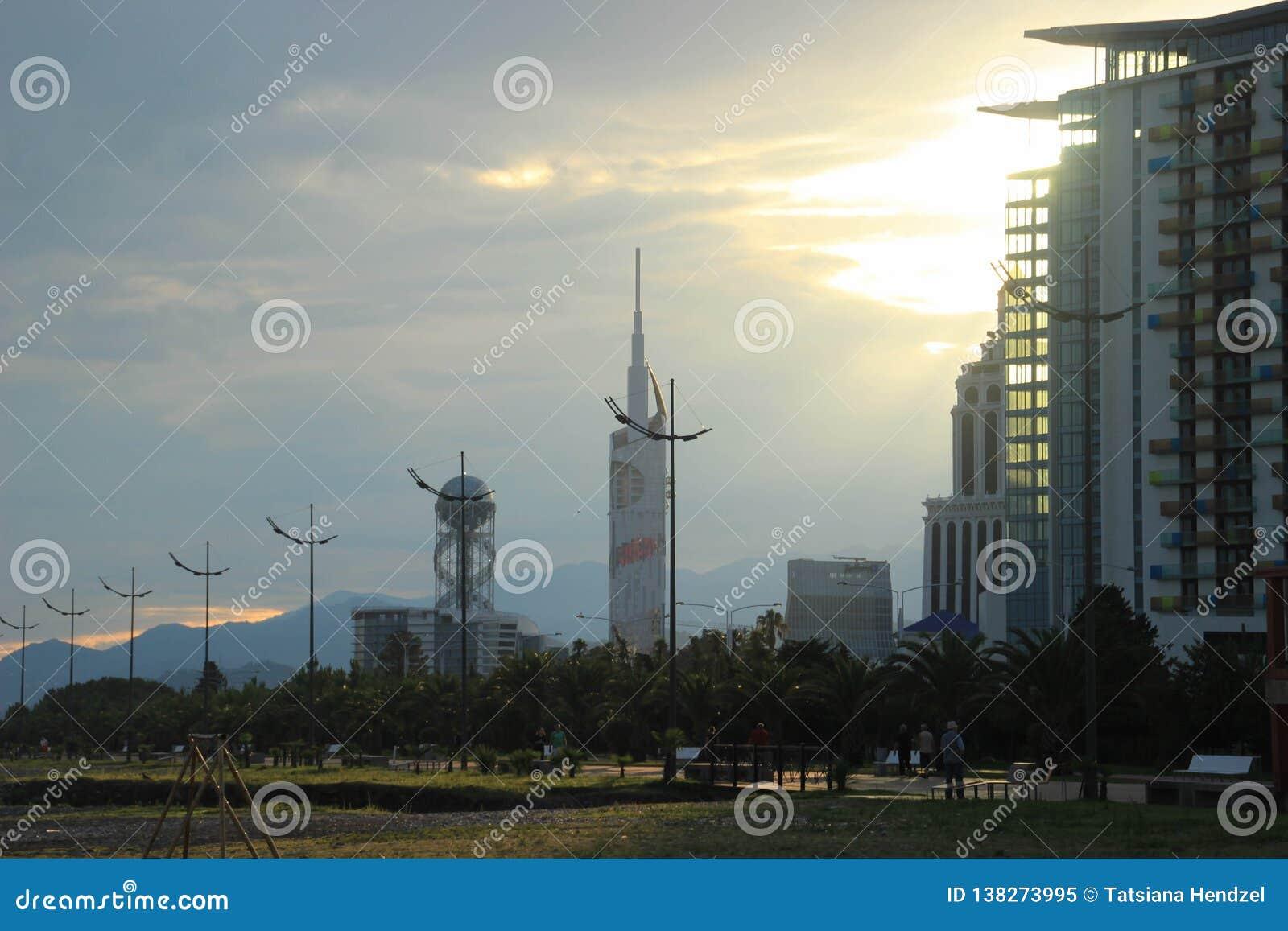 Los rascacielos principales de la ciudad: la Universidad Tecnológica y el objeto del arte del alfabeto