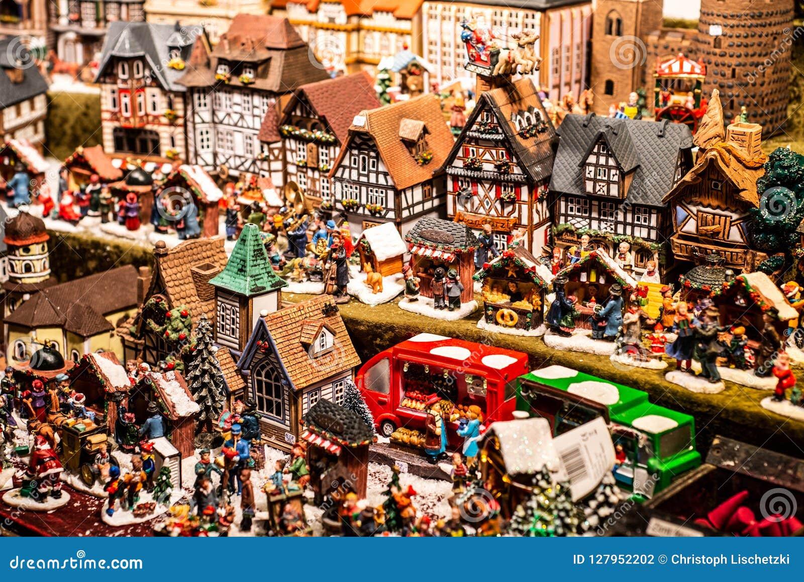 Los recuerdos y los juguetes tradicionales les gusta casas modelo smal en el recuerdo de madera del invierno del mercado europeo
