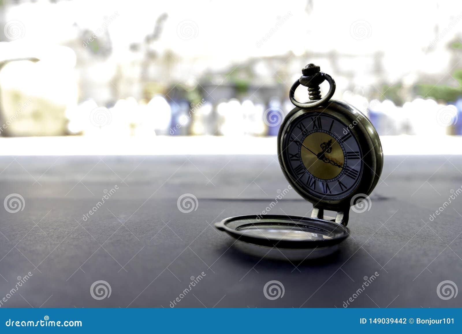 Los relojes del collar están situados en exterior de papel negro