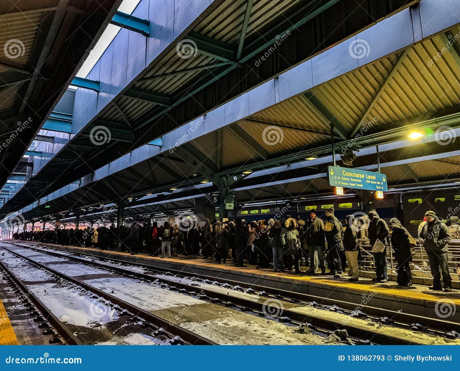 Los retrasos del tren de Metra causan la acumulación de viajeros en la plataforma