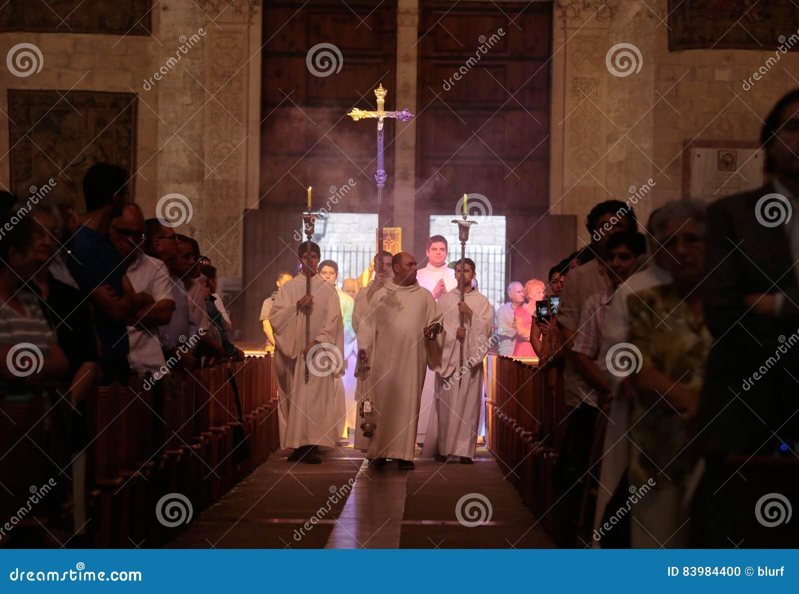 Los sacerdotes en una palma pascua de domingo se forman en la catedral de Palma de Mallorca