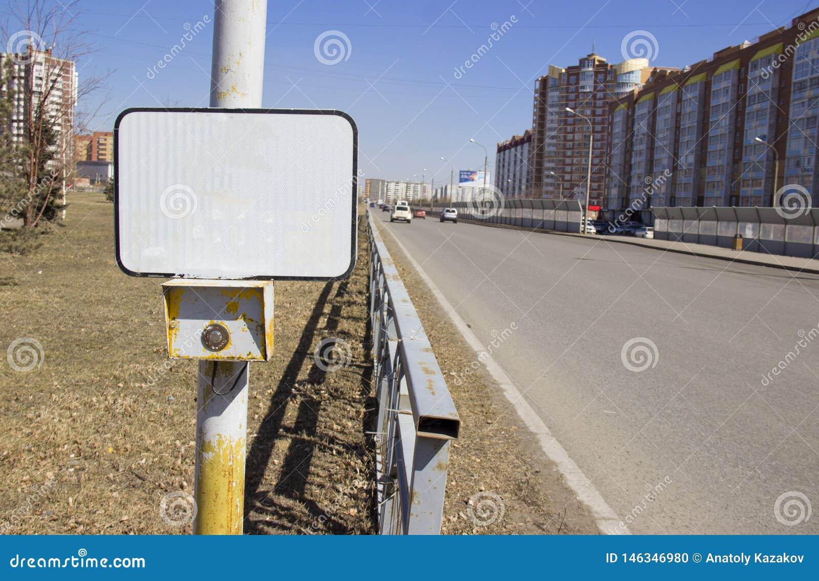 Los sem?foros del bot?n de encendido en el paso de peatones con una muestra en blanco