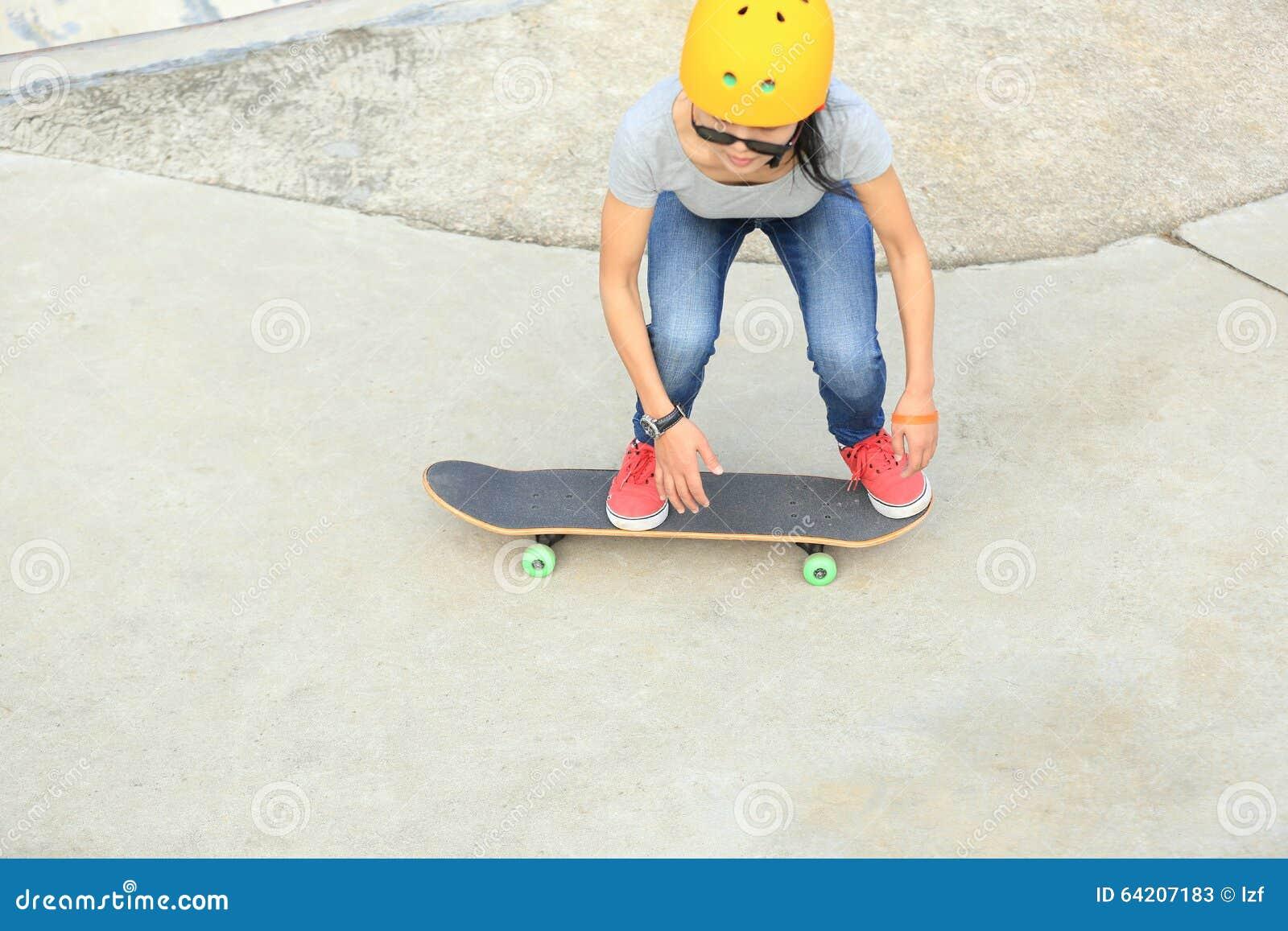Los skateres que saltan en un parque del monopatín