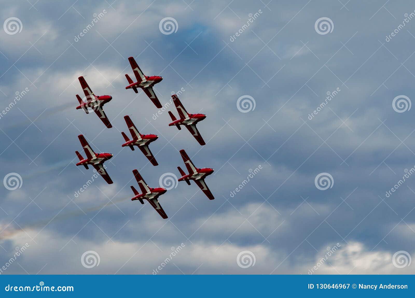 Los Snowbirds sincronizaron los aviones acrobáticos que se realizaban en el salón aeronáutico