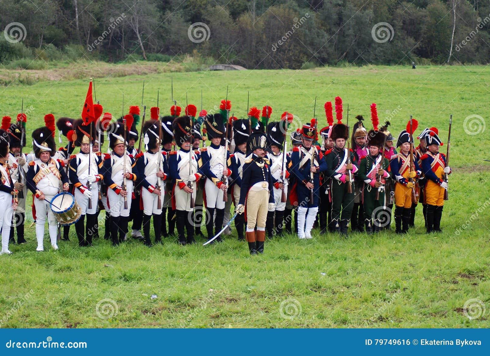 Los soldados del ejército en Borodino luchan la reconstrucción histórica en Rusia