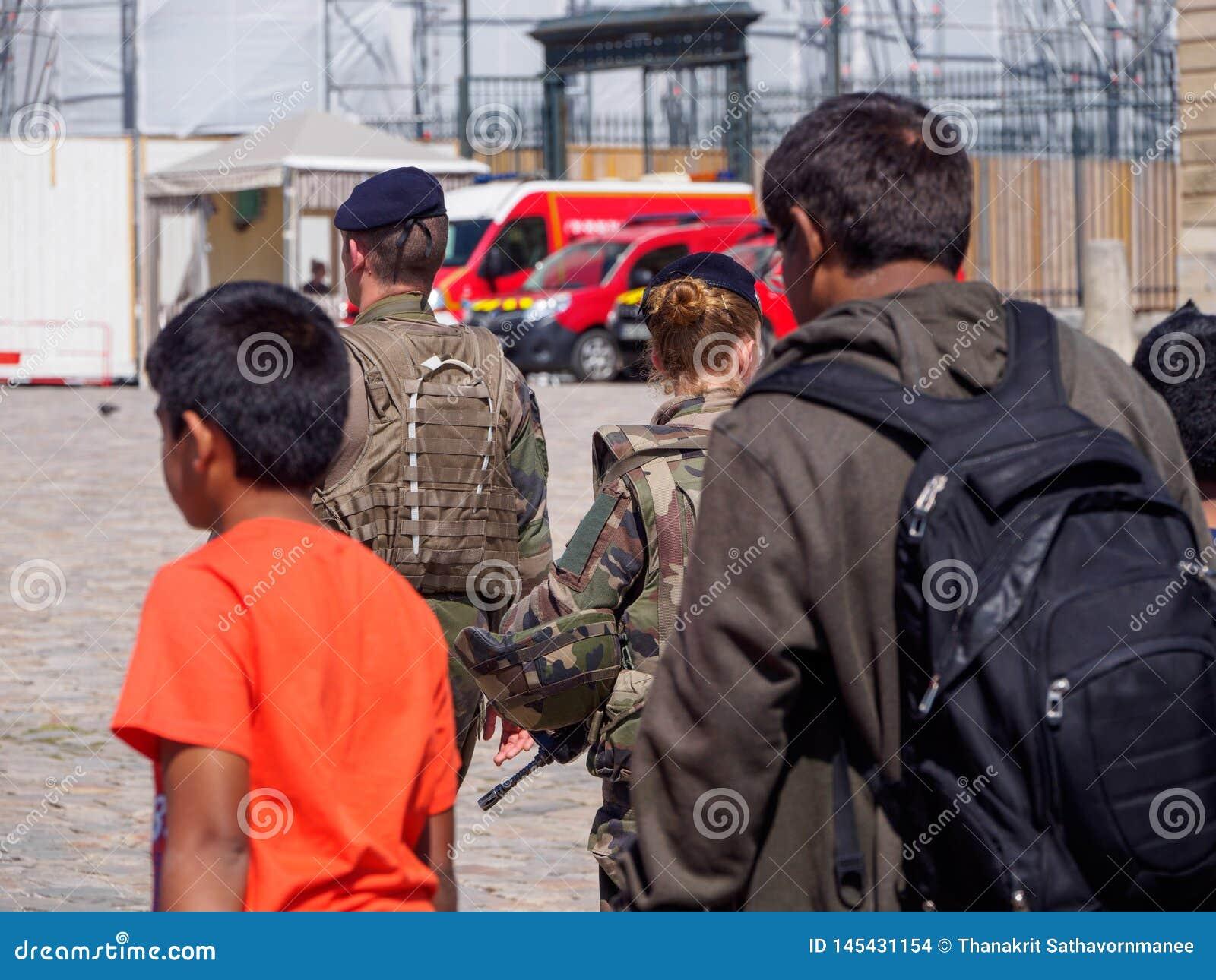 Los soldados franceses patrullan la entrada del palacio de Versalles, Francia