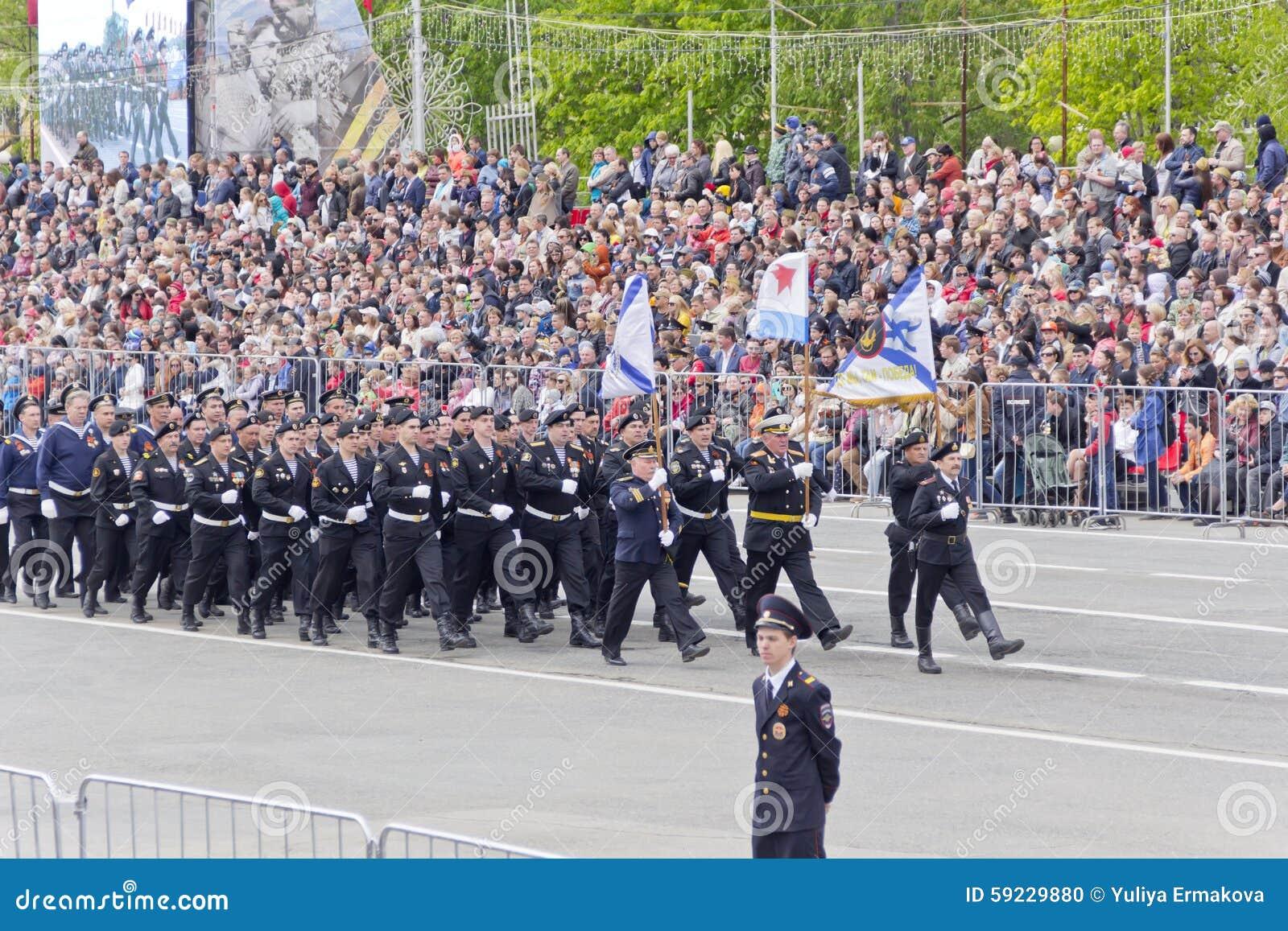 Los soldados rusos marchan en el desfile en Victory Day anual