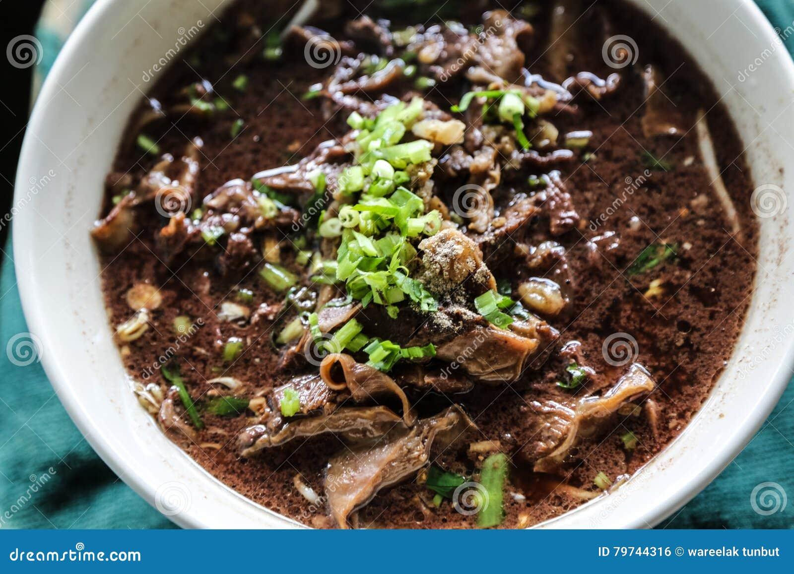 Los tallarines con la mezcla de sopa de la sangre del cerdo con cerdo y la verdura