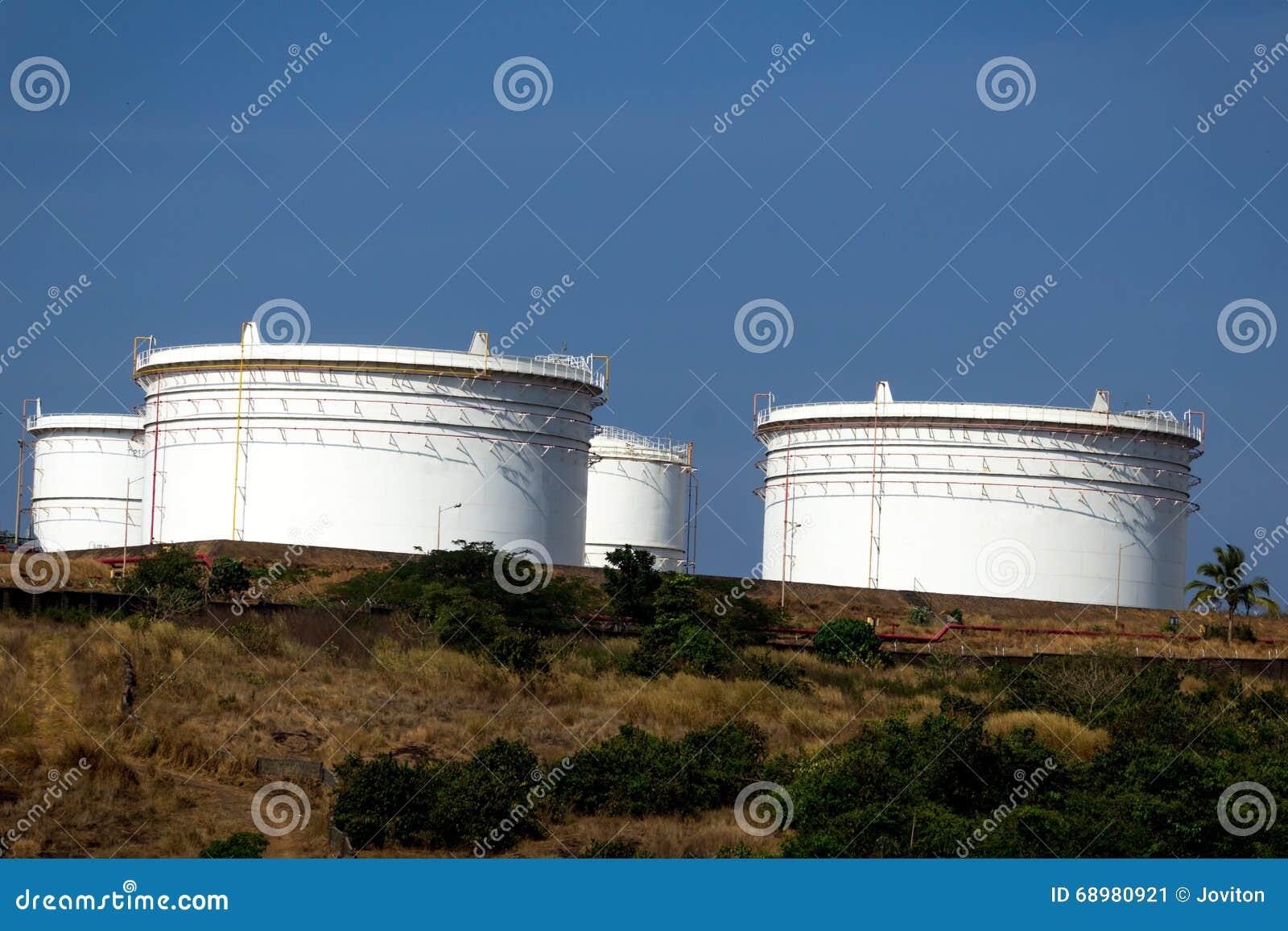 Los tanques de aceite archivados en el goa la India de Vasco