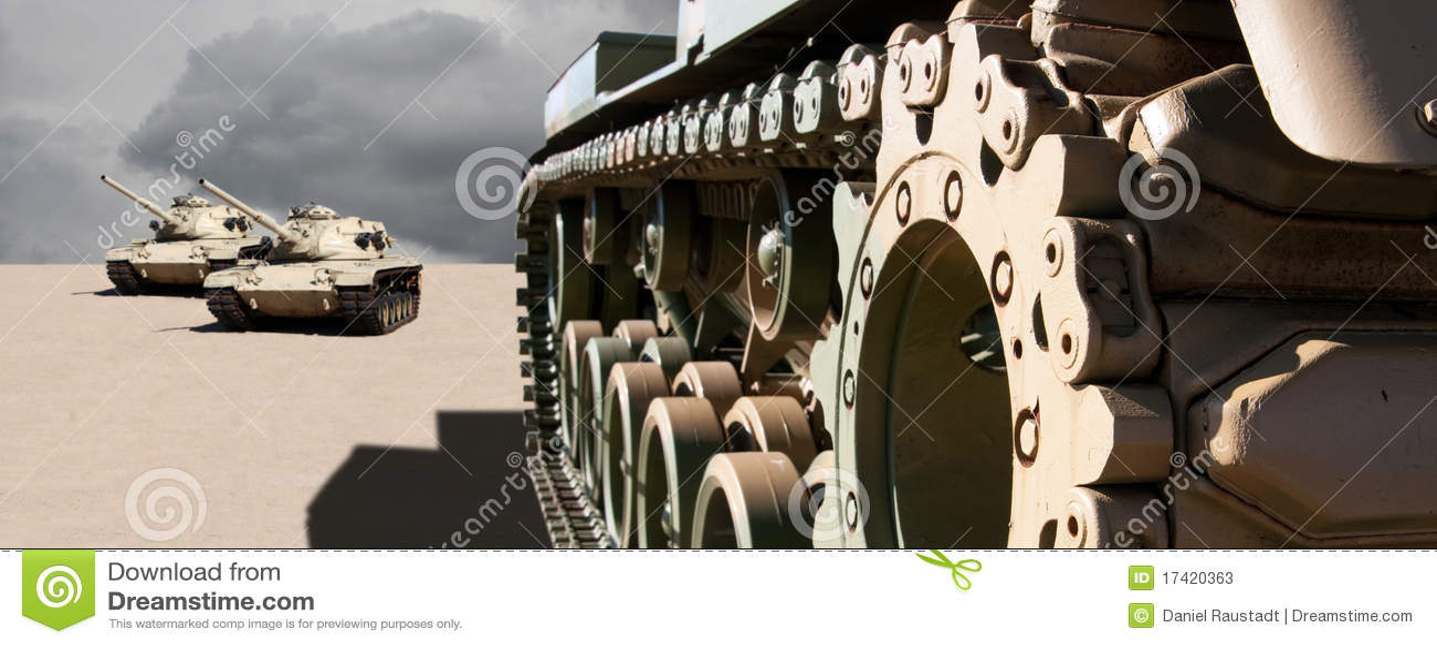 Los tanques de ejército en la arena del desierto