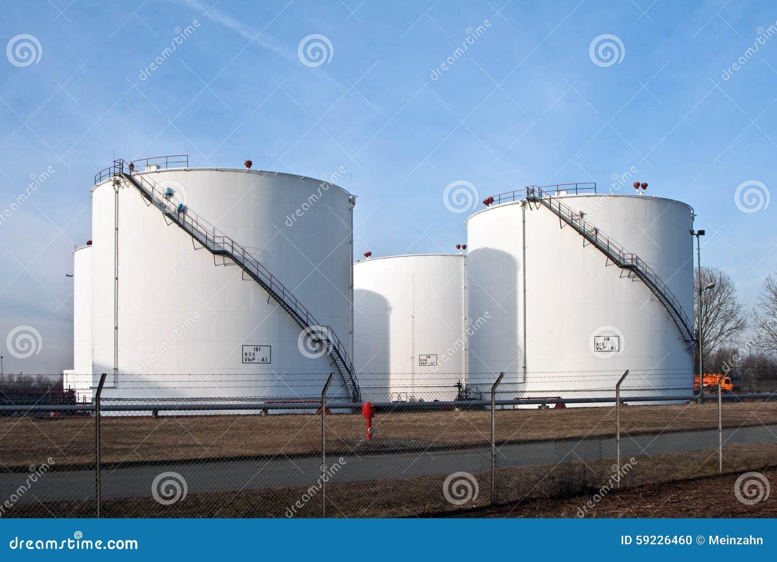 Los tanques en granja del tanque con el cielo azul