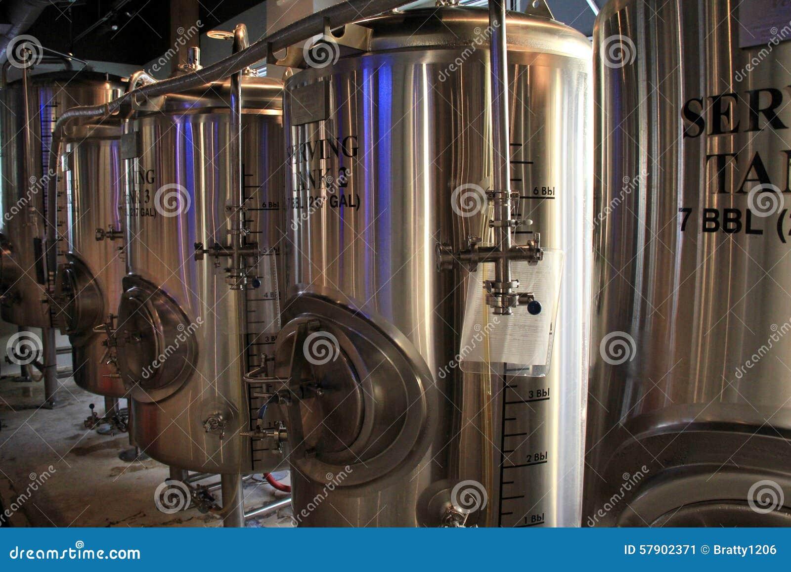 Los tanques grandes donde se hacen las cervezas saborosas, Zeta Brewery, playa de Jacksonville, la Florida, 2015