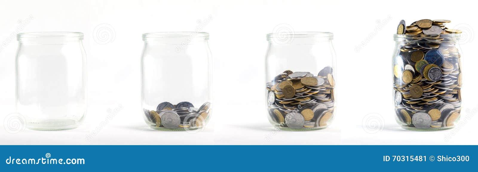 Los tarros de cristal con las monedas les gusta el diagrama, aislado - concepto de los ahorros
