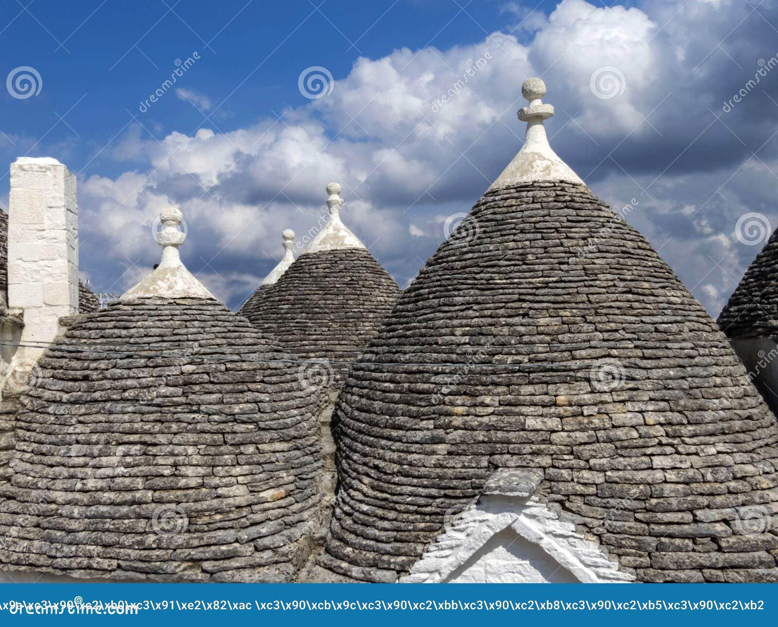 Los tejados de casas en el pueblo llamaron a Trolls
